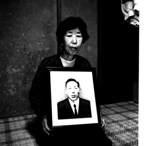 남편 영정을 든 강경남 할머니 사진